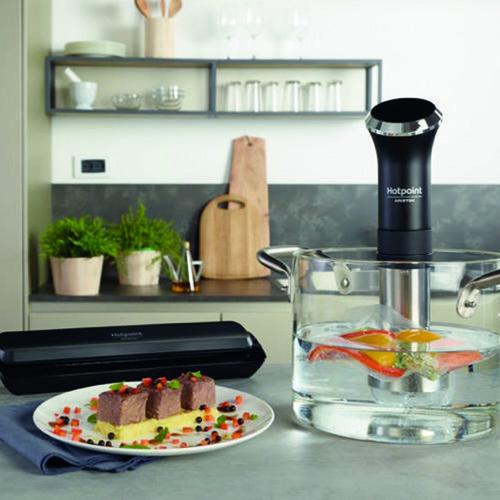 """Ai fornelli come gli chef: il kit <em>Easy Chef Sous Vide</em>di<a href=""""/www.hotpoint.it/"""">Hotpoint</a> aiuta a cucinare in modo salutare e gustosousando il sottovuoto. Rispetto alla cottura tradizionale, questa tecnica trattiene piùvitamine e nutrienti (249,90 euro)"""