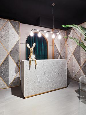 The Tile Club è stato progettato utilizzando la collezione Marazzi <em>Grande 2018</em>, che aggiunge i super formati 160x320 centimetri e 162x324 centimetri (foto Omar Sartor)