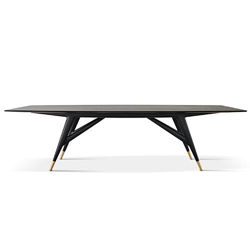 Il tavolo <em>D8591</em> di Gio Ponti rieditato da Molteni&C: la lettera D significa Dossier o Disegno, il primo numero dopo il punto specifica la tipologia di arredo, per esempio 1 poltrone, 2 sedie e così via, i due numeri successivi l'anno del progetto, il numero finale invece la versione