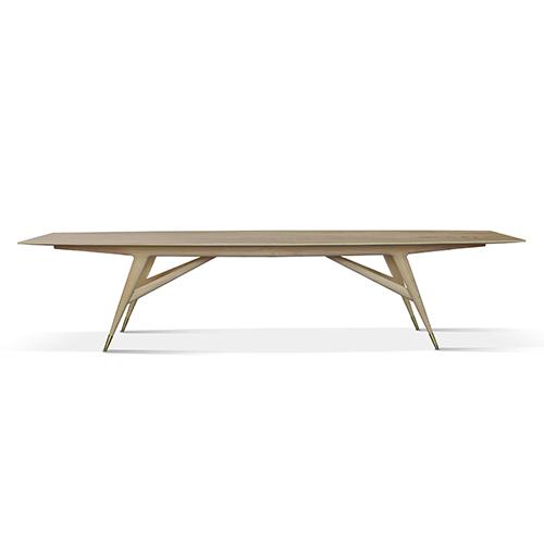 I capolavori di Gio Ponti sono contrassegnati con codici, come <em>D.859.1</em>, il tavolo del 1959 rieditato da Molteni&C. Lungo oltre 3,60 metri, è riproposto anche in due dimensioni più contenute