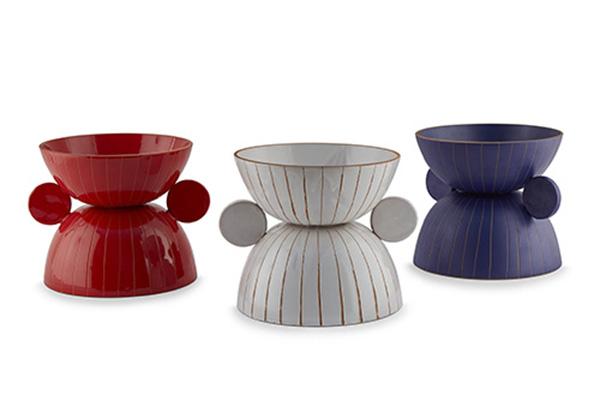 Il centrotavola di Sara Ricciardi è disponibile in tre colorazioni:  con finitura rossa lucida, bianca semilucida e blu opaca (99 euro)