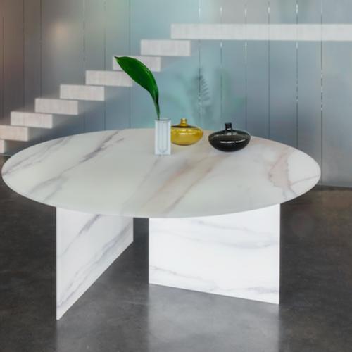 Il tavolo <em> Stratum </em> disegnato da  Daniele Lago sul quale è applicata la finitura <em>XGlass</em>