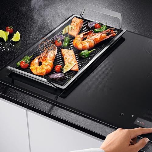 Garantisce la giusta temperatura e monitora il livello di cottura di ogni alimento: è Sensecook fry il piano cottura intelligente di Aeg