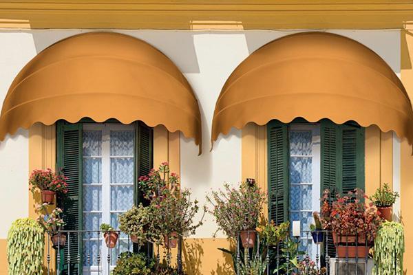 Realizzate manualmente, seguendo le richieste del cliente, le cappottine di Arquati sono l'ideale per  finestre e balconi in città. In foto il modello <em>Verona</em>  particolarmente indicato per  forme architettoniche tondeggianti