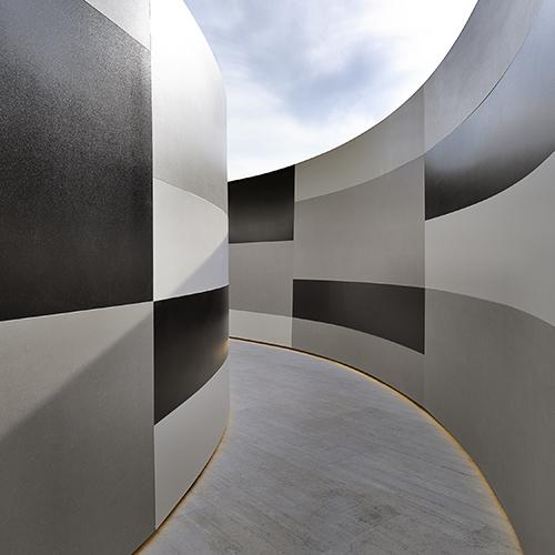 L'installazione <em>All Over </em>di Ferruccio Laviani per Cotto d'Este è stata presentata al Fuorisalone 2018. Il designer ha interpretato le potenzialità delle lastre in Kerlite. L'innovativo materiale permette inaspettate curvature (foto Gionata Xerra)