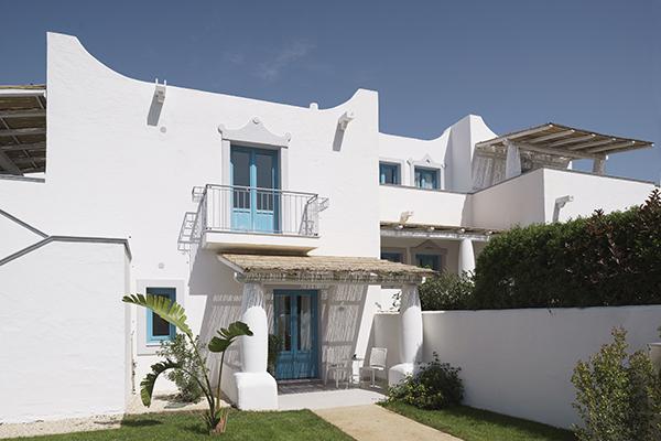 La struttura si articola in villette bianche e blu