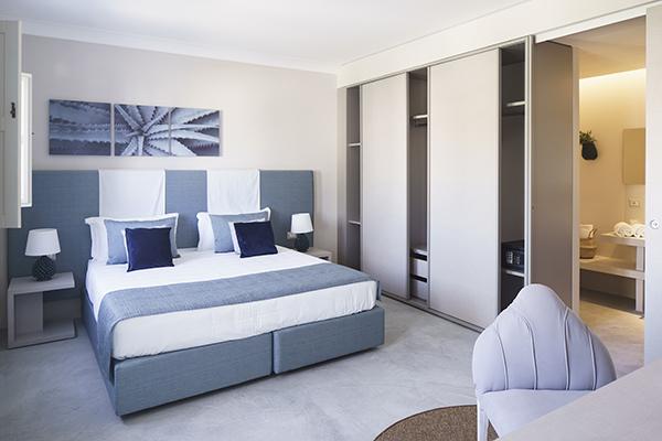 L'hotel offre 150 camere suddivise in tre tipologie (classic, delux e family). Sono arredate con mobili di design e ceramiche di Caltagirone