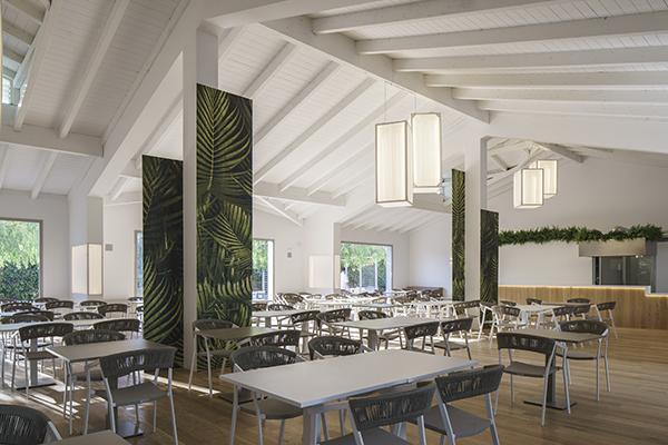 La sala ristorazione: l'offerta prevede dalla cucina internazionale  a quella locale con piatti tipici siciliani