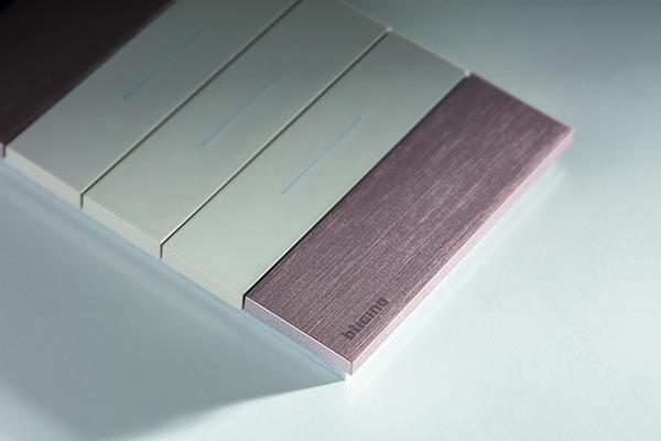 Sono disponibili 16 tipi di placche (realizzate in tecnopolimero, metallo e legno) e 3 cover copritasto  (in bianco, sabbia e nero) da abbinare in base al proprio gusto