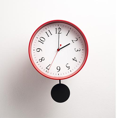 La forma si ispira a un vaso da giardino: è Foradeora, l'orologio da parete con pendolo di Diamantini&Domeniconi. Design Federico Traverso e Alberto Brogliato (63 euro)
