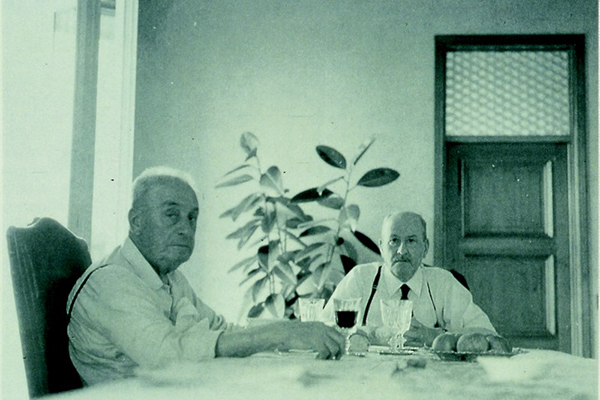 """Giovanni Alessi  Anghini (a destra), il fondatore dell'omonima azienda di casalinghi, e Alfonso Bialetti (a sinistra), l'inventore della moka, possono essere considerati i """"nonni"""" delle icone come racconta Chiara Alessi nel suo libro"""