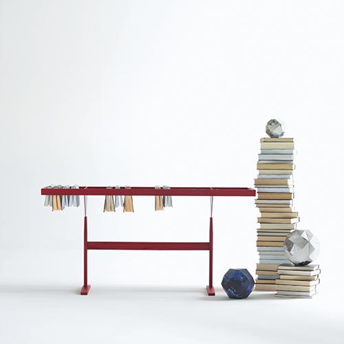 Per gli appassionati di libri, Booken, un arredo multifunzione, libreria e base d'appoggio, progettato dai Raw Edges per Lema. I volumi si appendono ai supporti in rovere (486 euro)