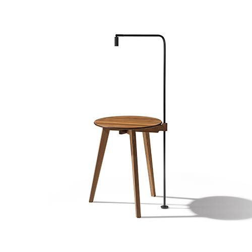 Sostiene e illumina: è il tavolino Hi! progettato da Sebastian Desch per Team7. In legno massello, con diversi accessori, come la luce, in foto, o il calzascarpe (da 349 euro)