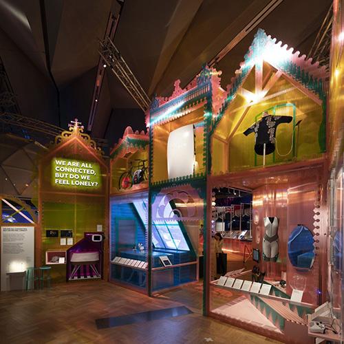 """LONDRA - Il <a href=""""http://www.vam.ac.uk"""">Victoria and Albert Museum</a> fino al 4 novembre guarda il futuro degli esseri umani e del loro ambiente attraverso il design. È questo l'originale tema della mostra """"The future starts here"""". Esposti 100 oggetti, dagli elettrodomestici intelligenti ai satelliti, che provano a mettere le basi per un avvenire migliore"""