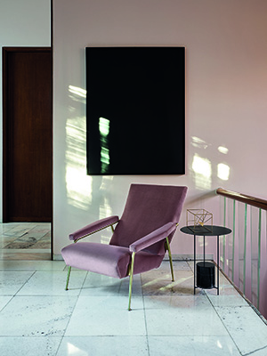 La poltrona D.153.1, progettata nel 1953, fa parte degli arredi dell'abitazione privata di Gio Ponti in via Dezza a Milano. Della Heritage Collection di Molteni&C