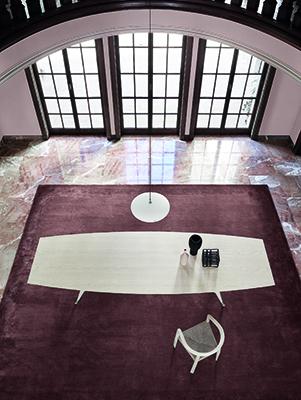Con oltre 3 metri e mezzo  di lunghezza, il tavolo D.859.1 è utilizzato principalmente come grande tavolo per conferenze. Della Heritage Collection di Molteni&C