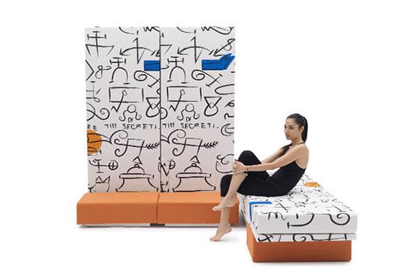 Da Campeggi  <em>Altolà</em> che grazie alla sua composizione modulare può essere utilizzato come letto singolo, più letti singoli o un matrimoniale. Quando la struttura è posta in verticale i letti fungono da pannelli capaci di arredare una parete o separare gli ambienti