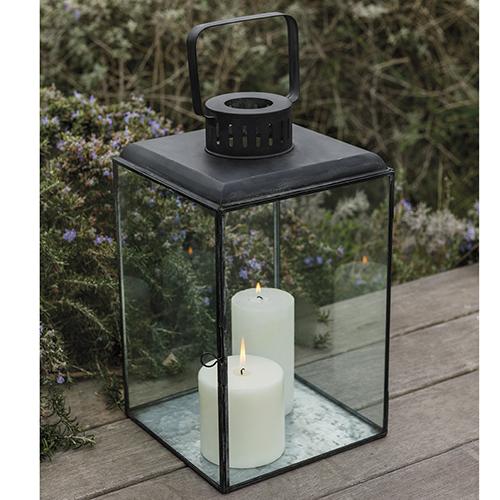 """Le lanterne romanticamente sparse qua e là contribuiscono a rendere l'atmosfera magica (in foto una proposta 2018 di <a href=""""http://www.coincasa.it/"""">Coincasa</a>)"""