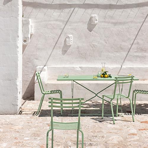 """Il <a href=""""http://design.repubblica.it/2018/07/09/tavoli-pieghevoli-la-nostra-selezione-per-lestate/"""">tavolo pieghevole </a>di <em>Flower</em> di <a href=""""http://www.ethimo.com"""">Ethimo</a>: da usare solo all'occorrenza per aggiungere qualche seduta in più e poi riporre"""