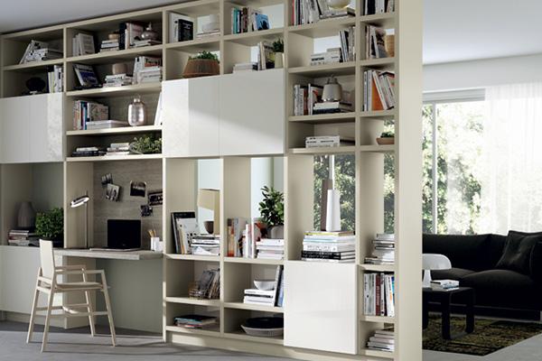 Al secondo posto della classifica degli arredi più desiderati c'è la parete componibile con home office integrato. Ne è un esempio il sistema  <em>Fluida</em> di Scavolini