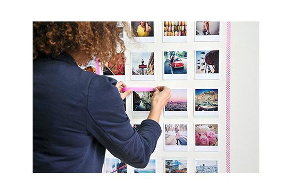 """Un'altra passione estiva è la fotografia. <a href=""""http://design.repubblica.it/2017/02/28/arredare-con-le-fotografie/#1"""">Qui</a> i consigli per arricchire le pareti di casa e trasformare le immagini in veri e propri complementi d'arredo"""