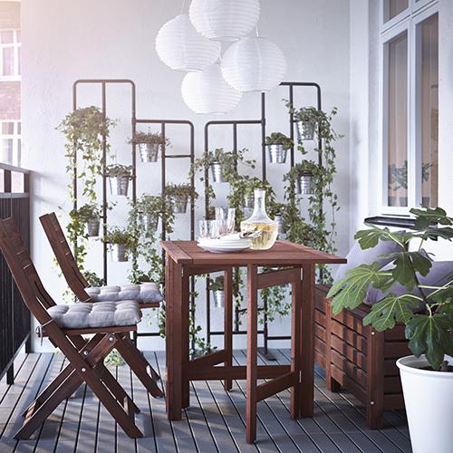 """Äpplarö di <a href=""""http://www.ikea.com"""">Ikea</a> ha 2 ribalte pieghevoli che permettono di ospitare fino a 4 persone. Il tavolo da chiuso occupa appena 20 centimetri"""