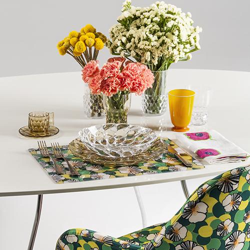 """Tovaglia sì o no? Si può arrivare al compromesso di una tavola più casual senza perdere lo stilecon le colorate tovagliette all'americana di <a href=""""http://www.kartell.com"""">Kartell</a> in collaborazione con La Double J (in foto la fantasia <em>Ninfea</em>)"""