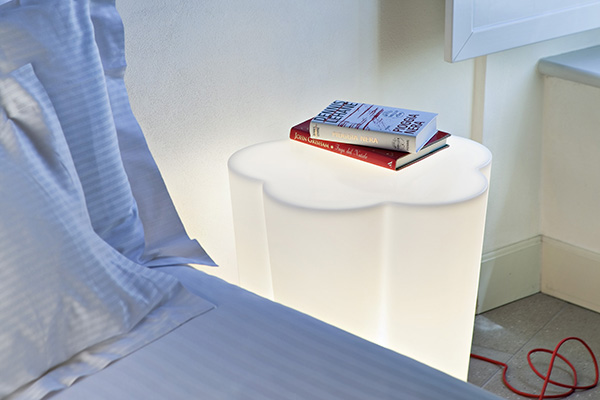Si privilegiano arredi multiuso per ottimizzare lo spazio in casa. Come <em>Pepper </em> di Alma Design da utilizzare come sgabello, tavolino e lampada