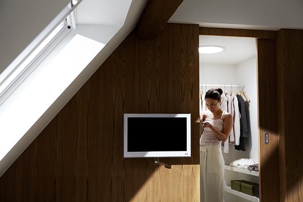 L'Osservatorio di Accademia del Mobile spiega che mansarde e sottotetti vengono trasformate e organizzate anche come guardaroba. In foto un'ambientazione di Velux, azienda specializzata nelle finestre per tetti