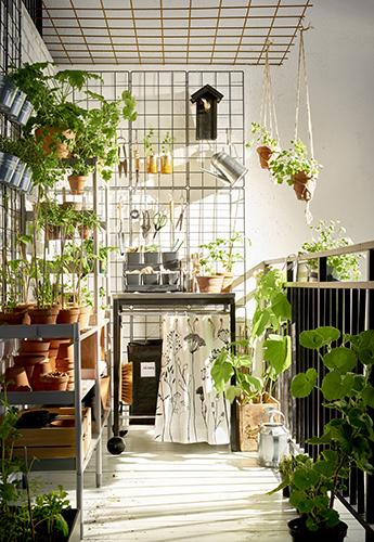 Per gli amanti del verde, il giardino indoor con vasi in verticale come nell'ambientazione di Ikea con supporti e piedistalli Satsumas