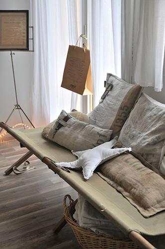 I cuscini sono una delle cose più facili da realizzare. Per farlo provate a cucire la iuta con altre stoffe come il lino o il cotone. Il risultato è garantito