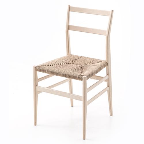 """Nuova vita per <em>646 Leggera</em> realizzata da <a href=""""https://www.cassina.com/it"""">Cassina</a>e <a href=""""http://design.repubblica.it/2018/07/07/tutto-ponti-gio-ponti-archi-designer/"""">Gio Ponti</a>. La sedia è in massello di frassino con seduta in corda di carta naturale o in colore nero o bianco"""