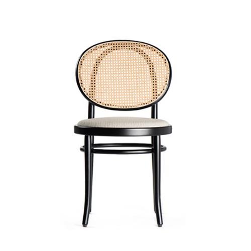 """È una proposta <a href=""""http://www.gebruederthonetvienna.com/"""">GTV</a>la sedia senza braccioli in faggio curvato a vapore. Sedile imbottito e schienale in paglia di Vienna. Disponibile anche con uno o due braccioli"""