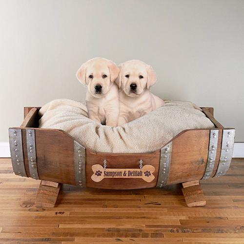 Altra idea per realizzare un letto per il nostro migliore amico è dar seconda vita a una vecchia botte