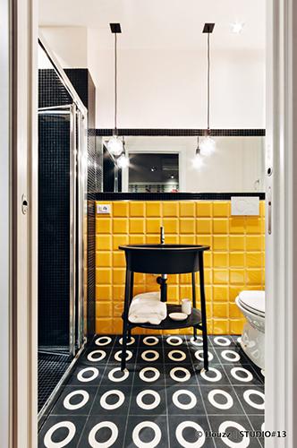 Bagni colorati -  È finita la moda del total white, anche la stanza più intima della casa sceglie di essere estrosa e si veste di colore