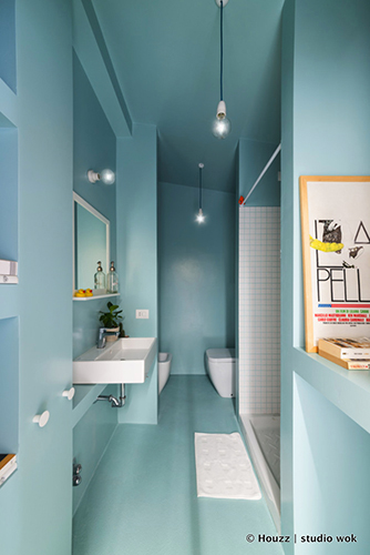 Tra le foto più salvate su Houzz ci sono proprio quelle che propongono idee per bagni colorati. Non solo con le classiche piastrelle declinate nei colori nero, azzurro o rosse, ma anche con pareti dipinte. Grazie infatti ai nuovi smalti e vernici è possibile non ricorrere alle mattonelle