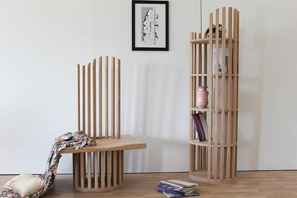 La poltroncina e la libreria<em>Ioniki</em>firmata daSetsu & Shinobu Ito conMenniti & Mercuri si ispira alla colonna dorica che si trova sul promontoriodi Capocolonna vicino aCrotone