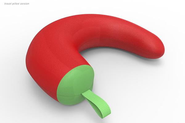 <em>Pepperpillow</em> è un cuscino a forma di peperoncino disponibile in tre modelli: da interni, nella gigante dimensione da esterni e nella versione da viaggio per collo. Il progetto è firmato da Gerardo Mari con il Gruppo Pedullà