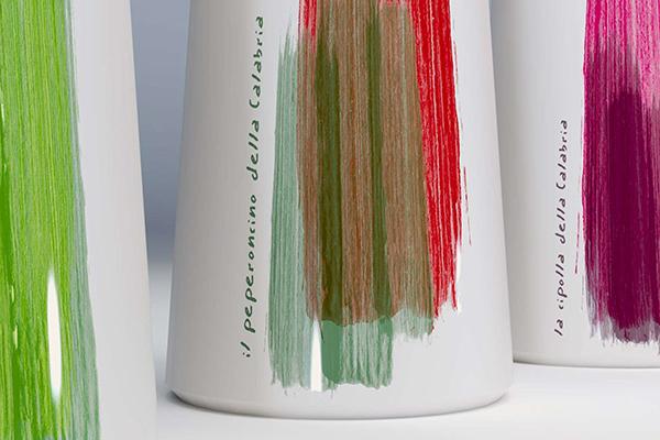 <em>Calabraffe</em> è una collezione di oggetti in ceramica da tavola e non di Marco De Masi con i ceramisti di Squillace Ideart, il Tornio e  Decoart
