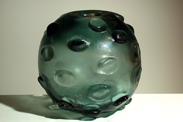 Vaso in vetro corroso a bugne di Carlo Scarpa (foto Archivio Fai, Fondo ambiente italiano)