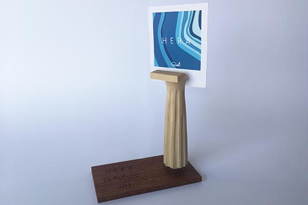 Porta cartoline, fotografie o messaggi d'amore: è<em>Hera</em>il souvenir in legno che richiama la colonna dorica di Capocolonna diDomenico Garofalo e Massimo Sirelli, fatto a mano da Studio F.