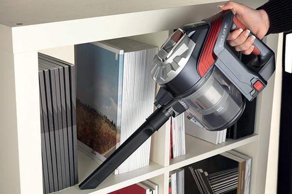"<em>22V lithium cordless</em> di <a href=""http://www.ariete.net"">Ariete</a> ha una duplice funzione: come scopa, per la pulizia di tappeti e pavimenti, e come potente aspira briciole utile per fessure, tessuti e superfici grazie ai vari accessori in dotazione (119,90 euro)"