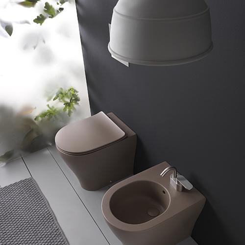 """<em>App</em> di <a href=""""http://www.ceramicaflaminia"""">Ceramica Flamini</a>a è una colorata collezione di vasi e bidet dalle linee morbide e tondeggianti"""