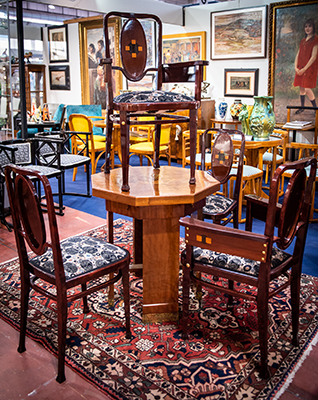 Sedie con seduta realizzata sulla base di un disegno di Gustav Klimt