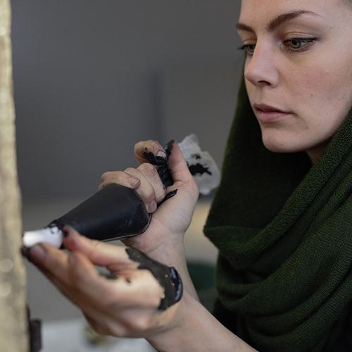 Johanna Nestor, selezionata per Singular Talents, ceramista svedese di 28 anni che ha saputo ridare nuova vita alle stufe in ceramica: in foto, sigilla i piccoli spazi tra le piastrelle con stucco e pigmenti colorati