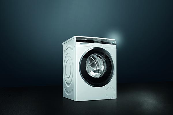 """Senza lavaggio e in tempi estremamente ridotti: la lavatrice <em>Avantgarde</em> di <a href=""""https://www.siemens.com/it/it/home"""">Siemens</a> grazie al sensore <em>sensoFresh</em> elimina gli odori anche nei tessuti molto delicati evitando così di avviare il tradizionale ciclo ad acqua (1.699,99 euro per la referenza WM14U940EU)"""