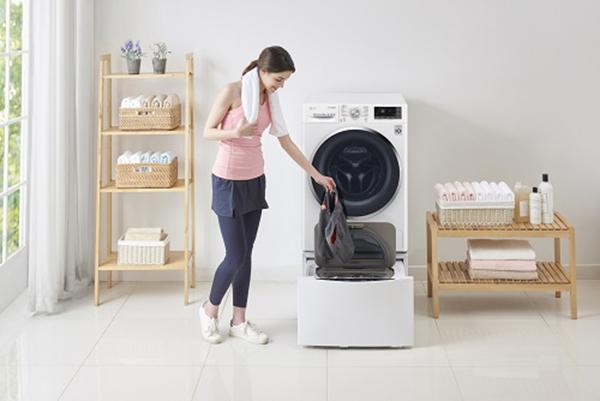 """Dimezza il tempo impiegato per il bucato poiché ne lava due contemporaneamente. È la <em>Twin Wash</em> di <a href=""""http://www.lg.com"""">Lg</a> che lava e asciuga due tipi di bucato in un unico ciclo. Inoltre grazie alla tecnologia <em>Allergy Care</em> rimuove dai capi fino al 99,9% dei batteri"""