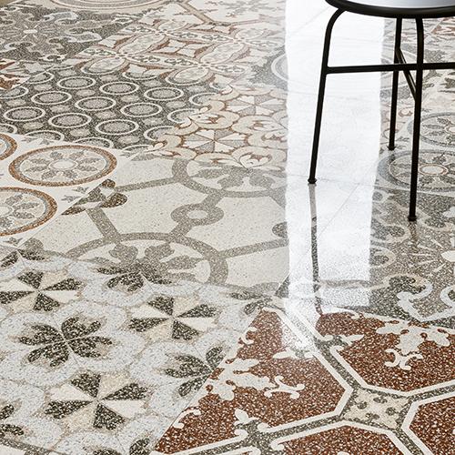 """<em>NewDecò</em>di <a href=""""https://www.ceramicasantagostino.it/it/"""">Ceramica Sant'Agostino</a>, il pavimento che ricordail terrazzo alla veneziana"""