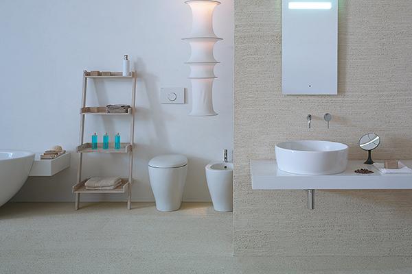 """La collezione <em>Bowl+</em> di <a href=""""http://www.ceramicaglobo.com"""">Ceramica Globo</a> è un progetto completo di lavabi, mobili, specchiere e sanitari nella versione a terra e sospesa"""