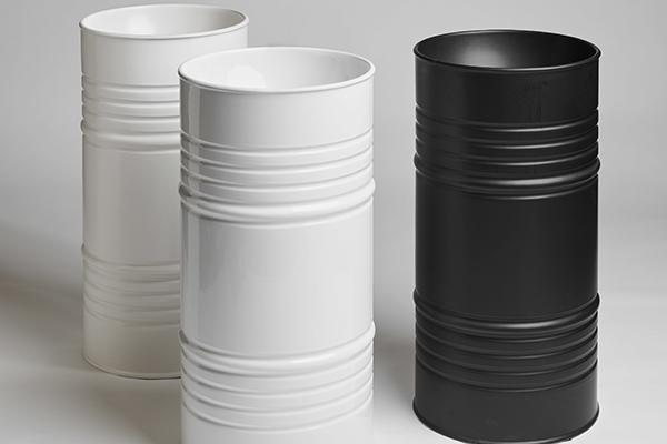 """<em>Barrel</em> di <a href=""""https://www.kerasan.it/"""">Kerasan</a> riproduce in ceramica la forma dei barili di stoccaggio. È disponibile nei colori bianco, nero, borgogna, nocciola e cenere, tutti nella finitura matt"""